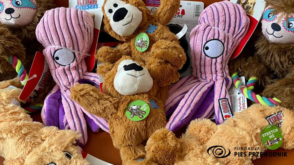 Psie zabawki zebrane podczas zbiórki - misie, leniwce, ośmiorniczki i lisy